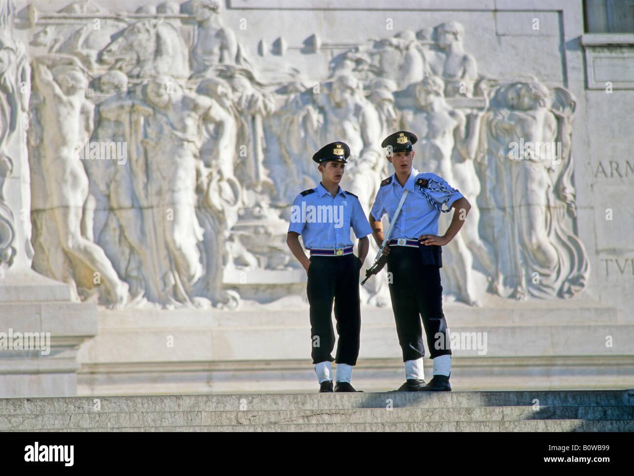Gardiens du Monumento a Vittotrio Emanuel, Vittoriano, Piazza Venezia, Rome, Latium, Italie Photo Stock