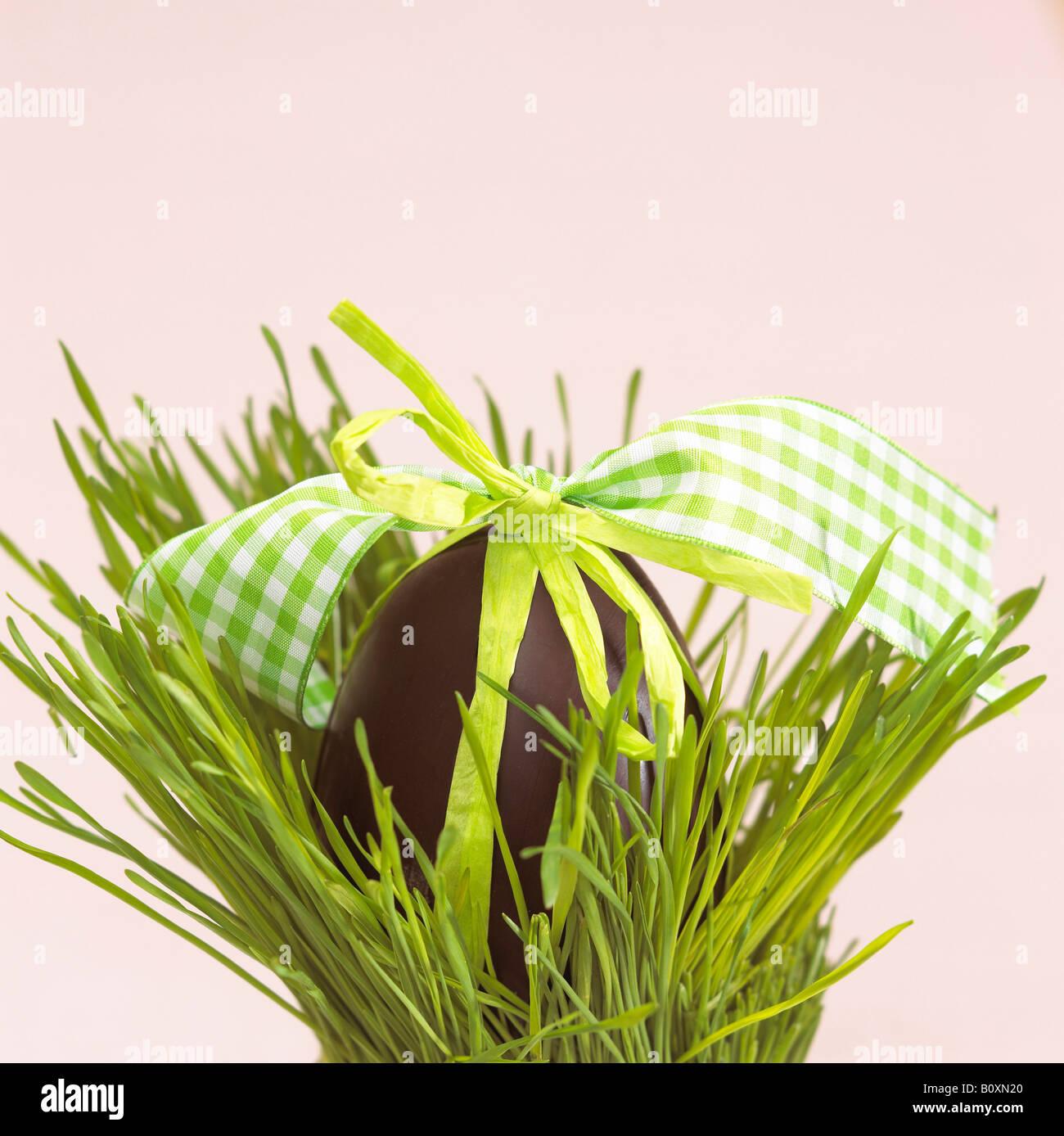 Nid de Pâques avec des oeufs au chocolat Photo Stock