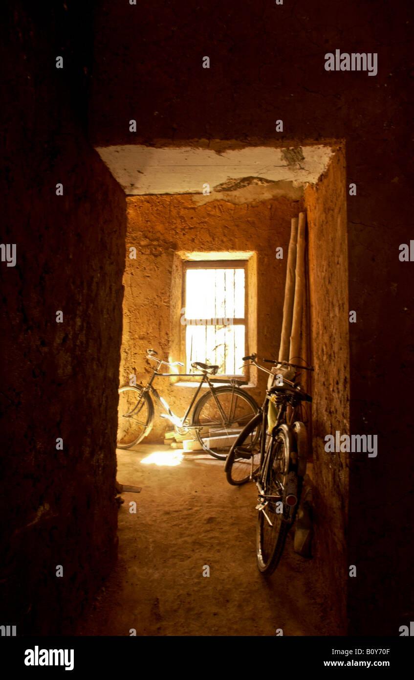 La lumière jaune chaud à l'intérieur de la ville en pierre Photo Stock