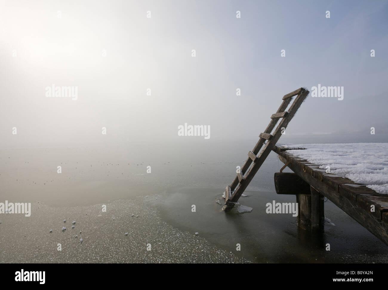 Germany, Bavaria, Murnau, jetée en bois sur le lac Photo Stock