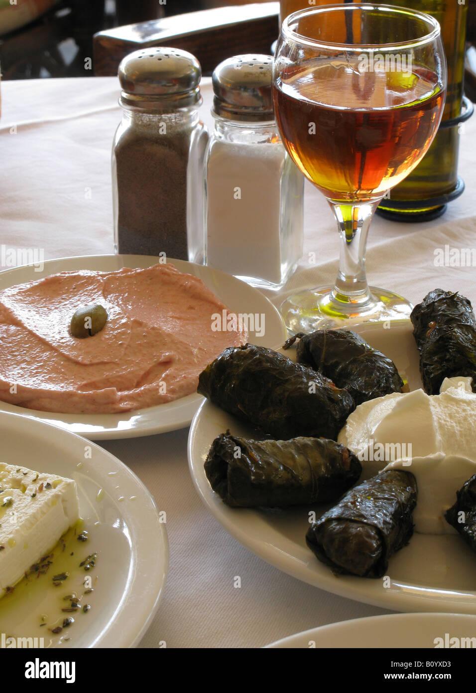La cuisine grecque Tarama Dolmades Feta et verre de vin rouge Chania Crète Grèce Photo Stock