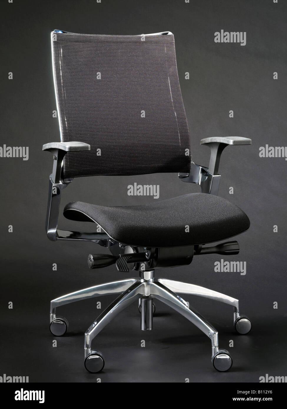 Et Fond Chaise Avec Sur Noir Bureau Pieds Bras Chromés De 4RcL3Aq5j