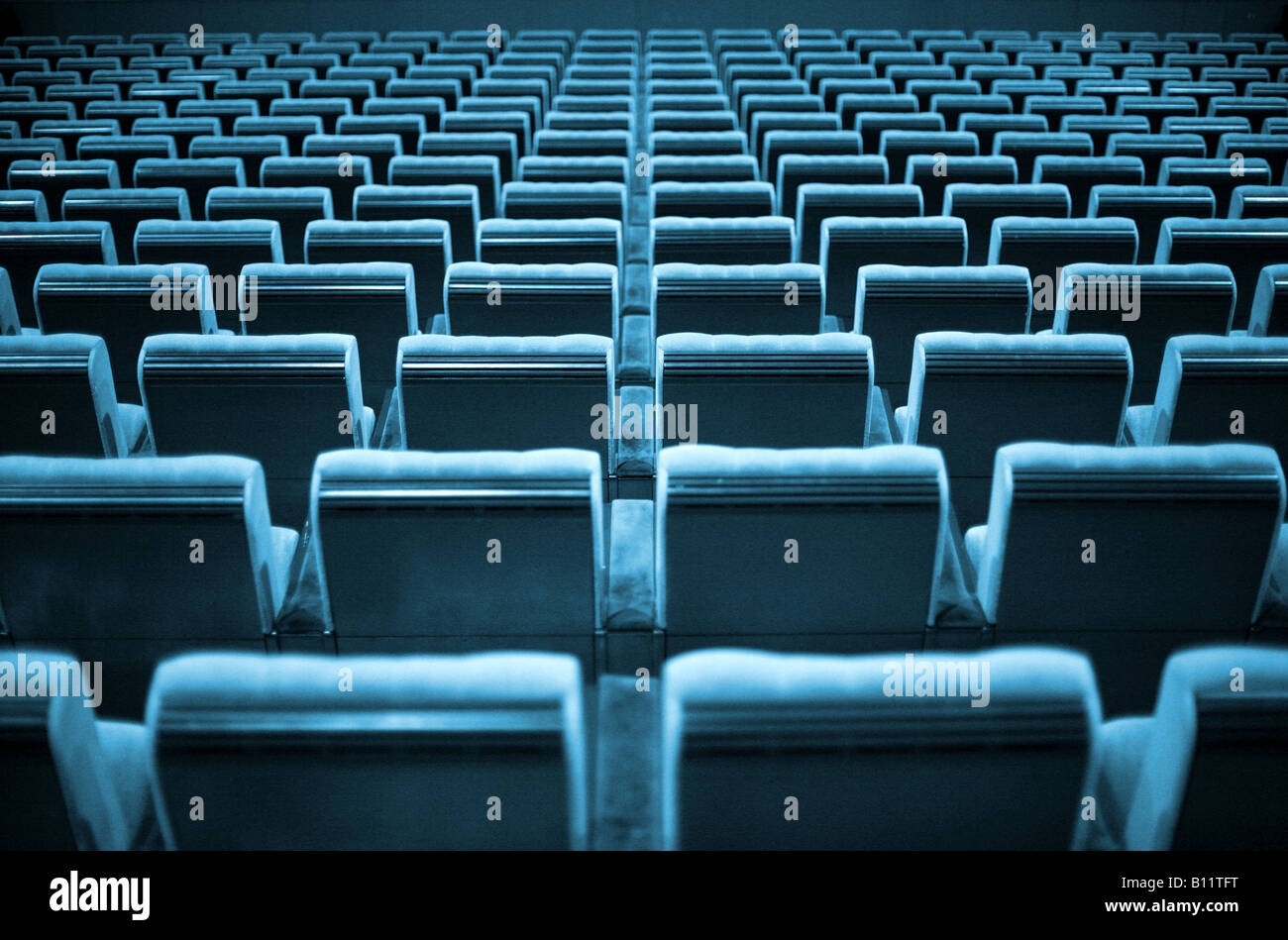 Chaises vides au cinéma ou au théâtre. Ton bleu. Photo Stock