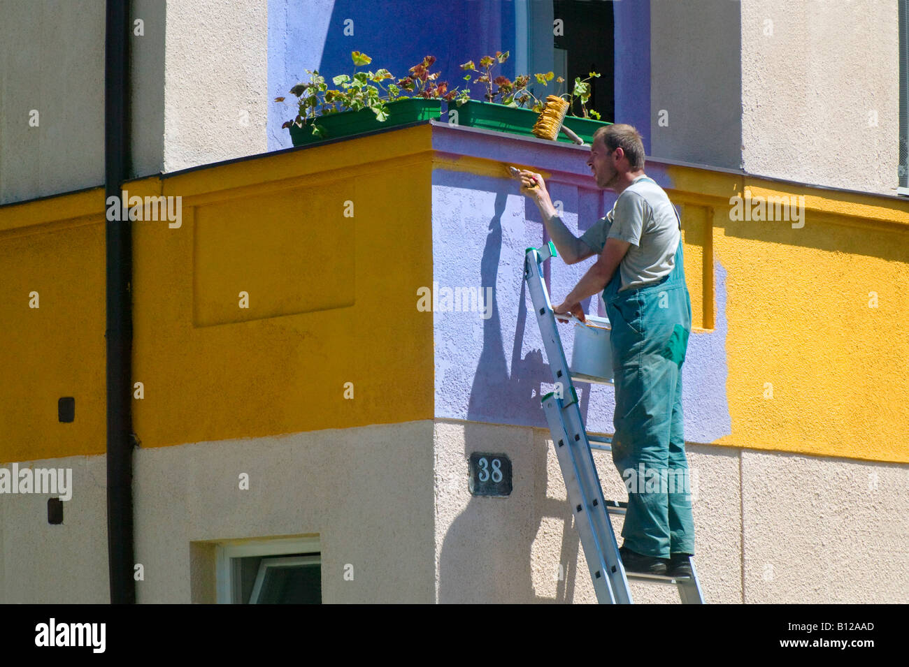 Man painting house Cesky Krumlov République Tchèque Photo Stock