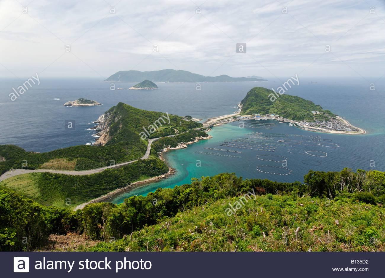 'Ferme' dans une baie près d'une île avec un petit village de Shikoku au Japon Photo Stock