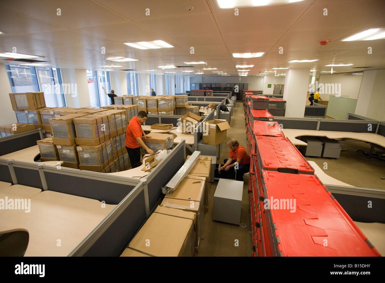 Ouvriers déballer la nouvelle classeurs tout en équipement d'un bâtiment nouvellement construit. Photo Stock