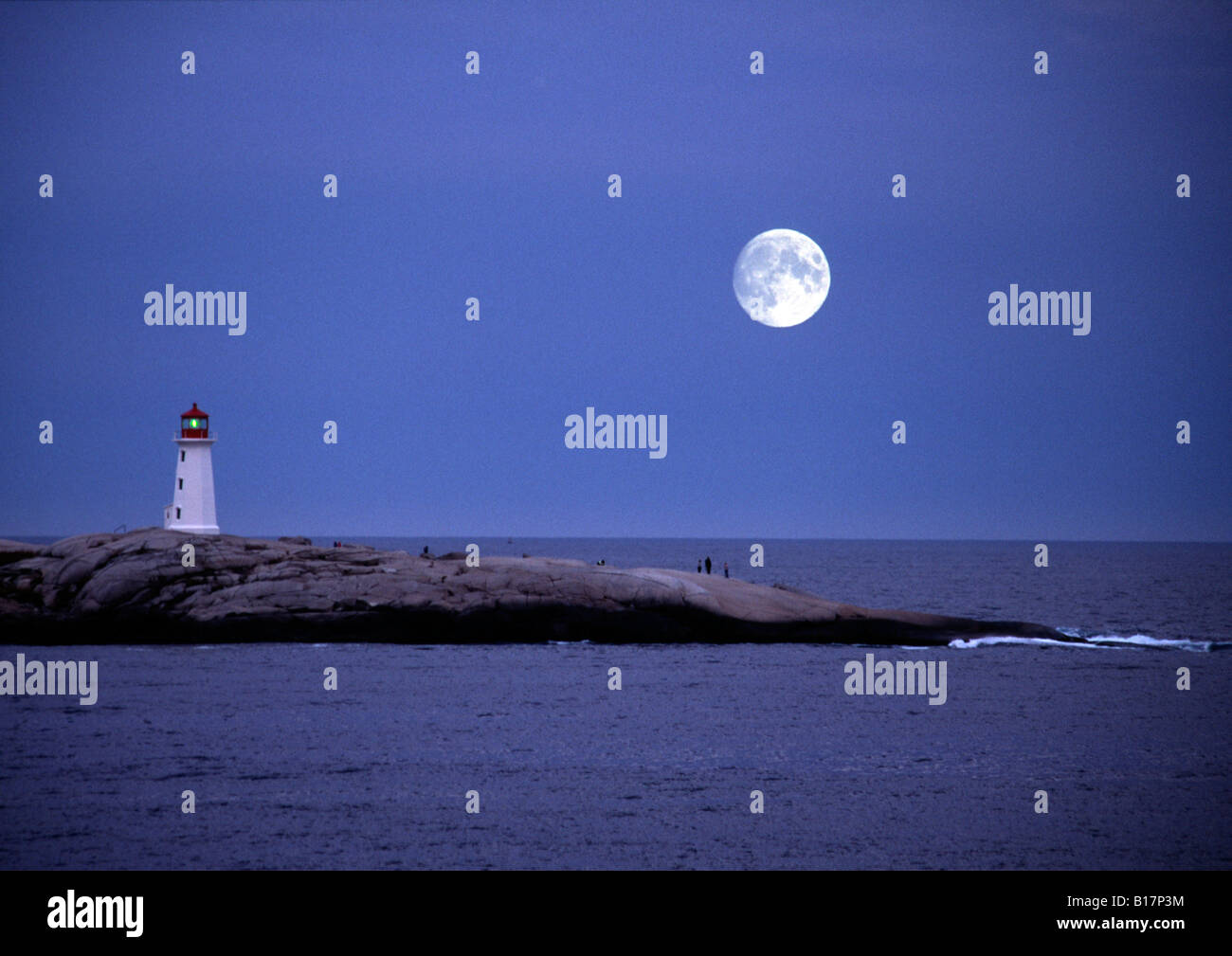 Grande pleine lune sur Peggy's Cove Peggys Point ou phare en Nouvelle-Écosse, Canada Photo Stock