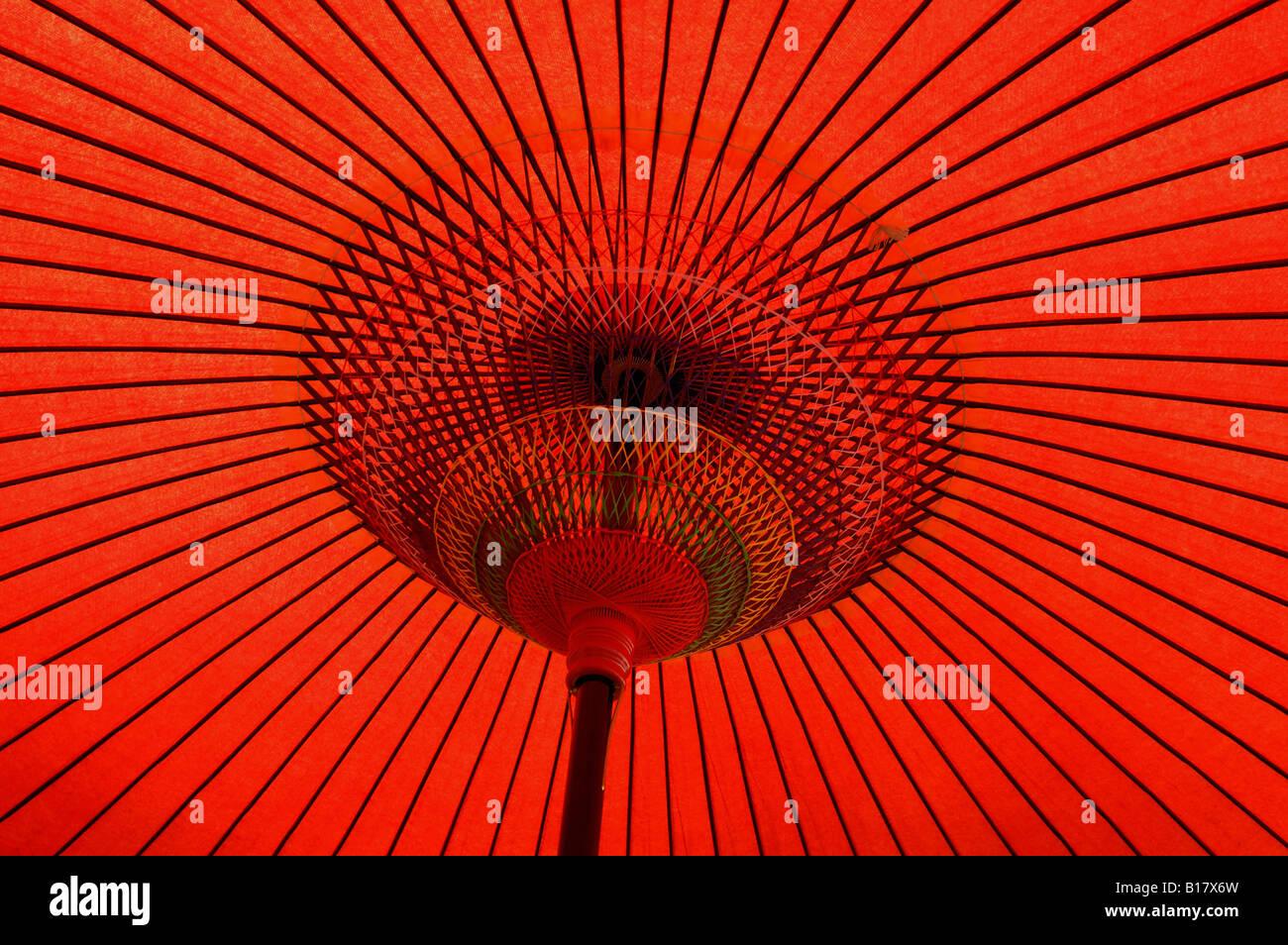 Papier rouge traditionnelle japonaise le Japon Kyoto parapluie Photo Stock