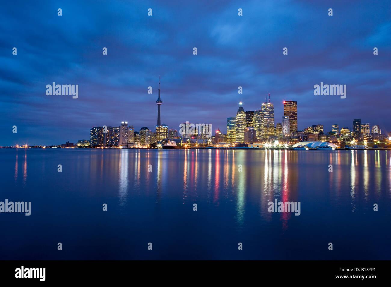 La ville de Toronto la nuit de 'Les quais', Toronto, Ontario, Canada. Banque D'Images