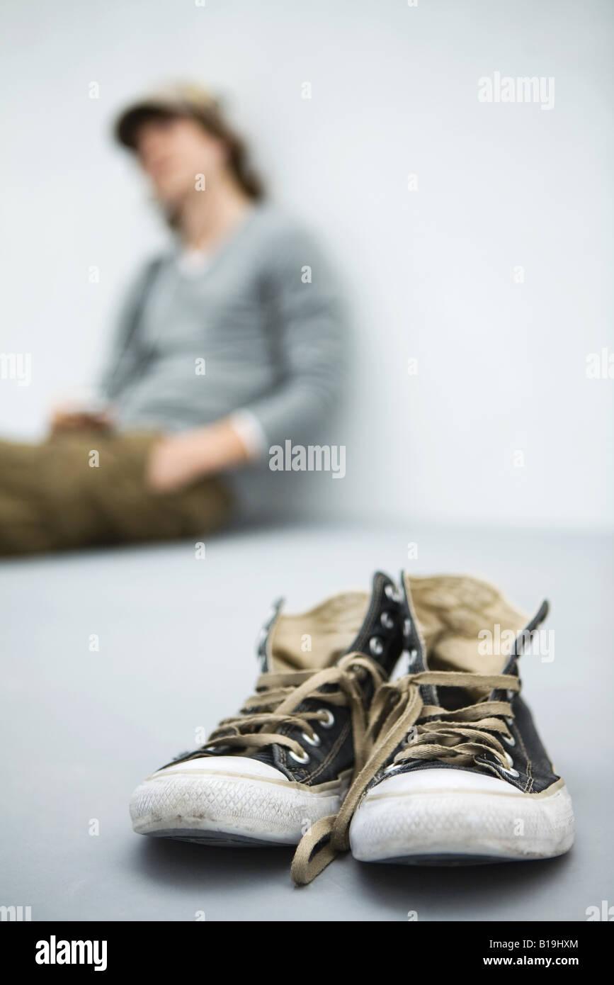 Toile Banque Homme Assis En Plan De UsésJeune Arrière D Chaussures n0kZPON8wX