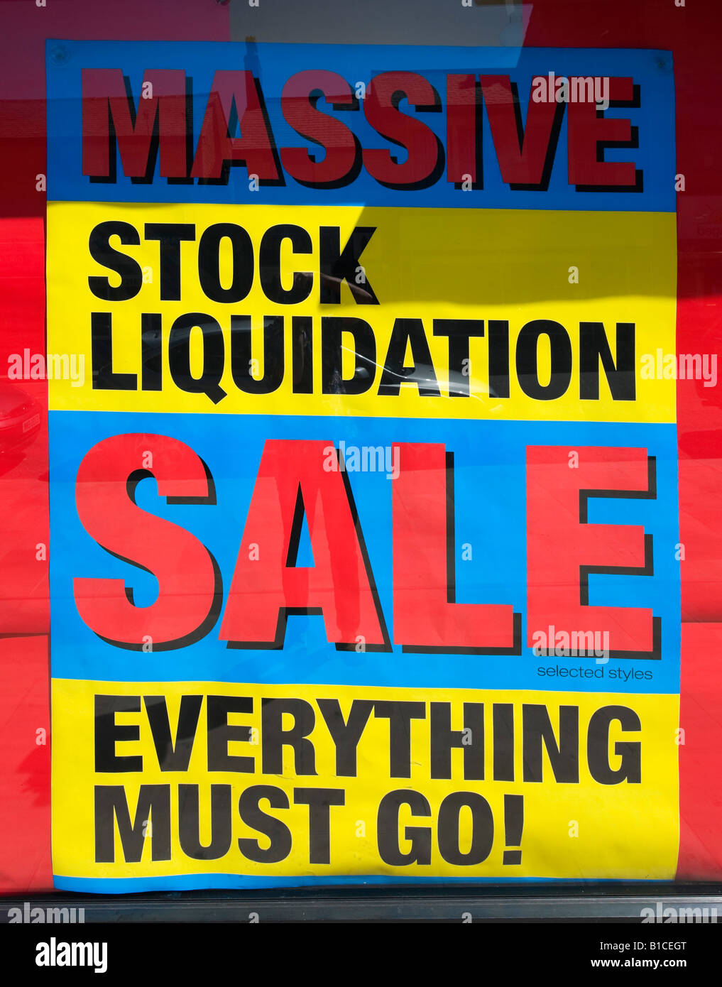 Ouvrir une boutique de la rue Haute et de la vente de liquidation stock publicité, Glossop, Derbyshire, Angleterre, Banque D'Images