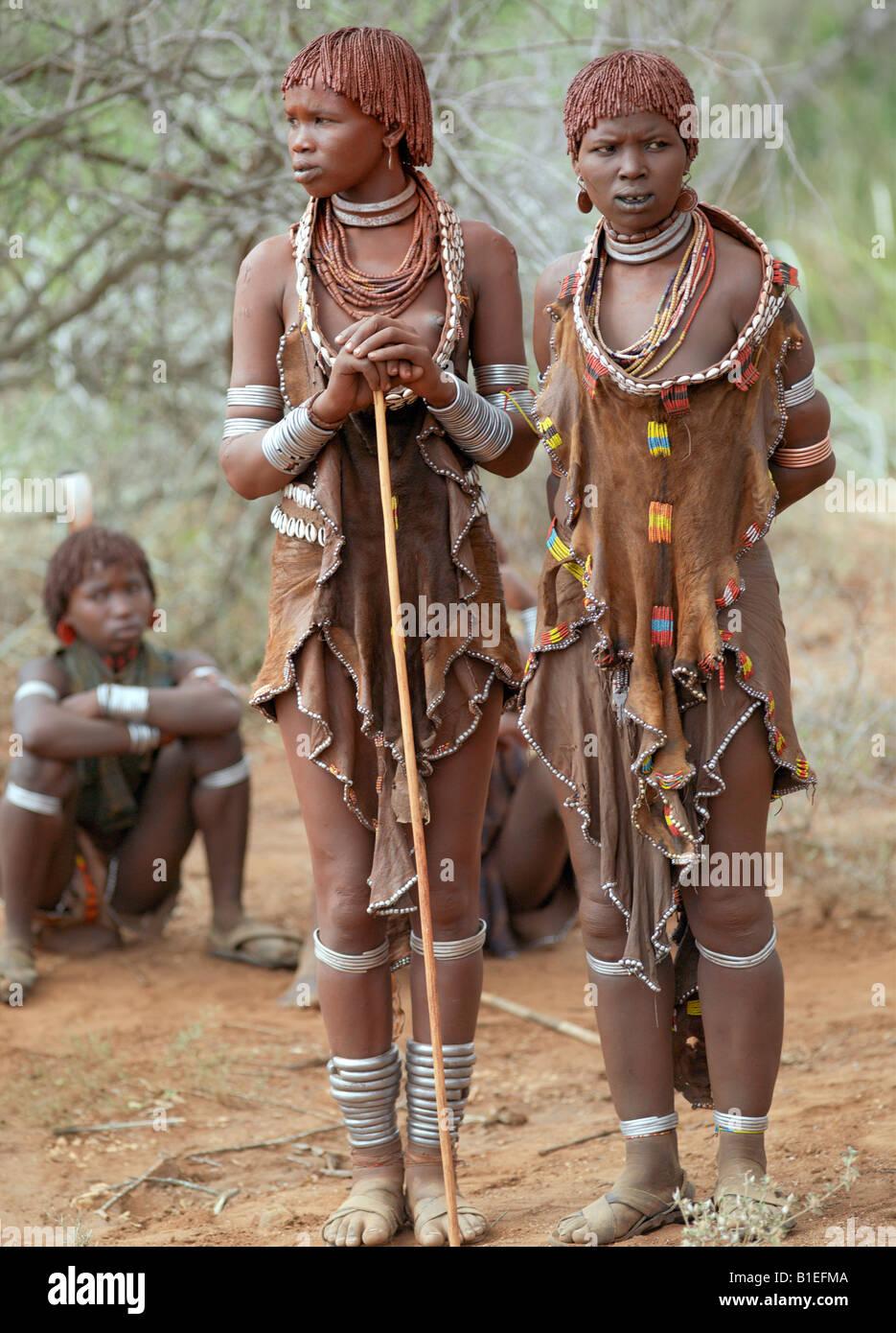 Les femmes Hamar assister à un saut de la 'Bull' cérémonie. L'Hamar sont les pasteurs semi-nomades du sud-ouest Banque D'Images