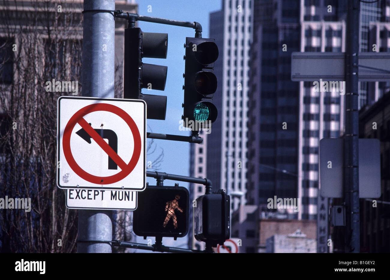 Aucun feu de circulation et tournez à gauche à l'exception des autobus signer à San Francisco Photo Stock
