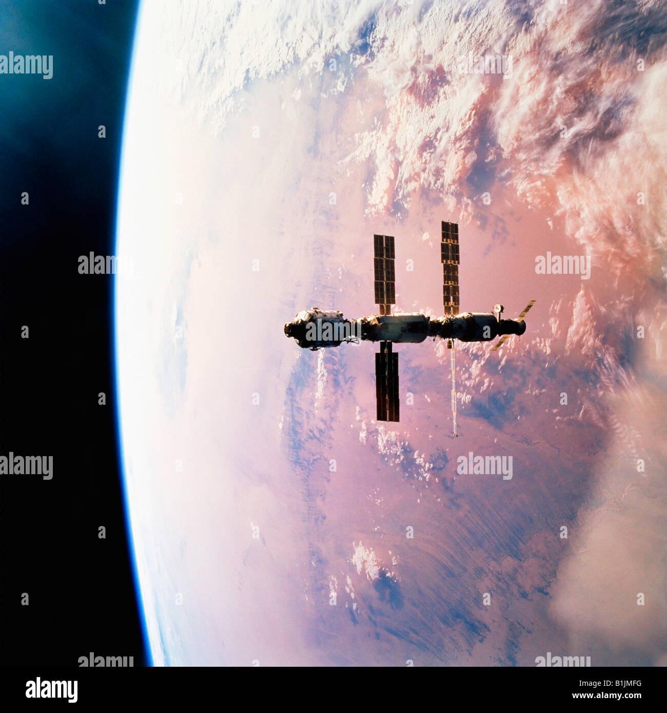 Station spatiale internationale en orbite autour de la terre au-dessus du désert du Sahara Photo Stock