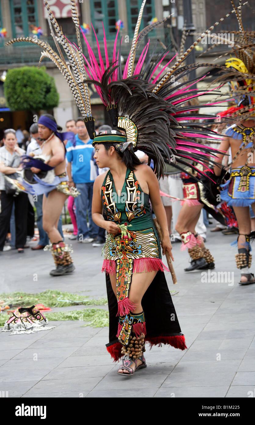 Jeune Femme Mexicaine Dans Un Costume De Danse Aztèque