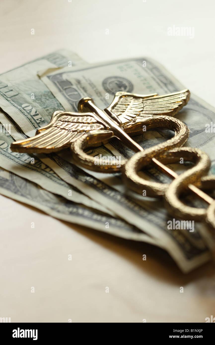 Les soins de santé coûteux concept caducée sur nous de l'argent Photo Stock