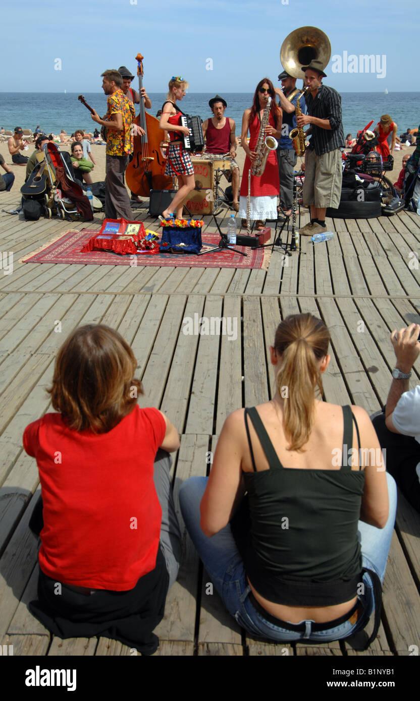 La plage de Barcelone, music band joue pour public, Barcelone, Espagne Photo Stock