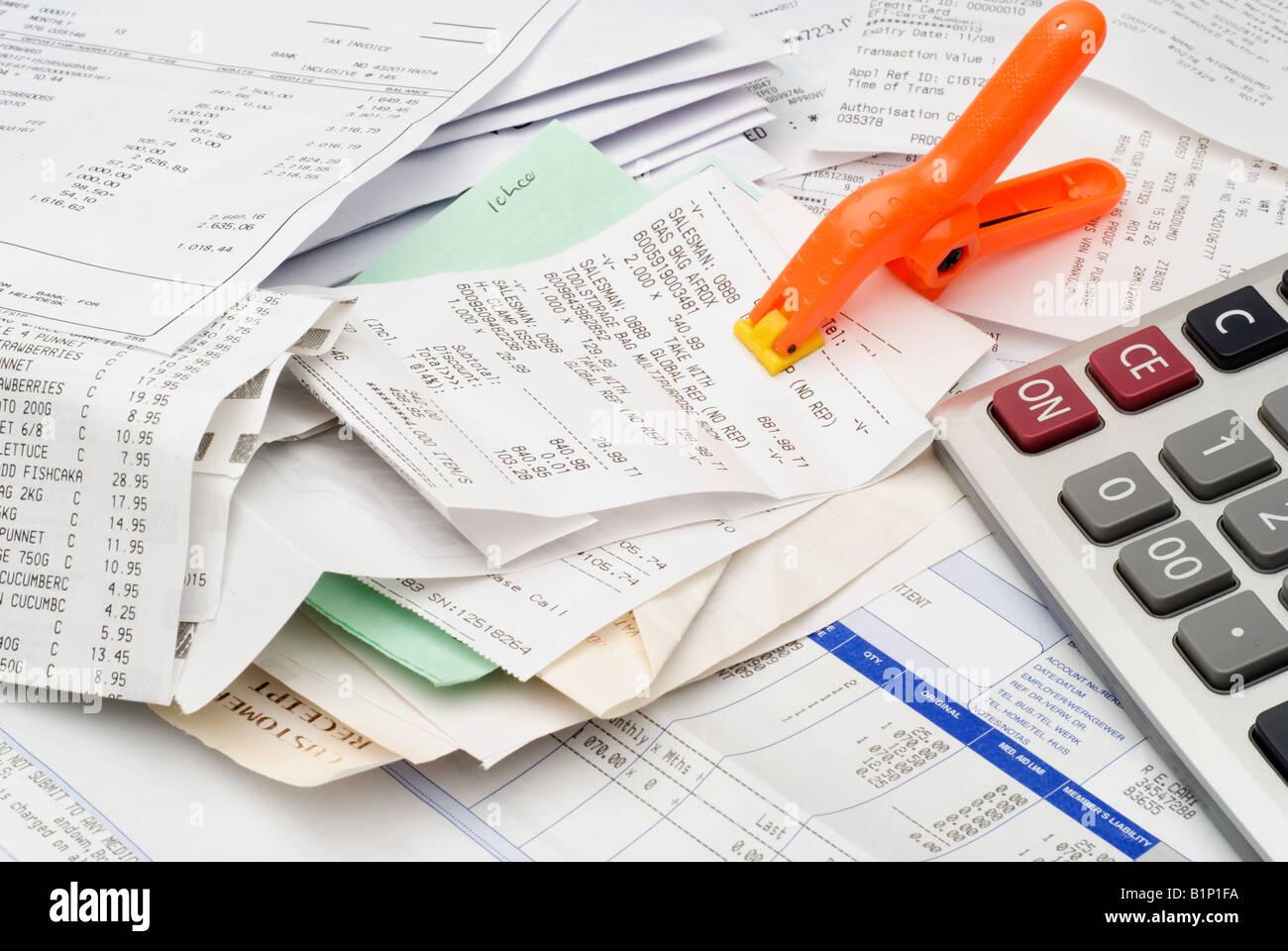 Pile de factures et les reçus et calculatrice, conceptuel Photo Stock