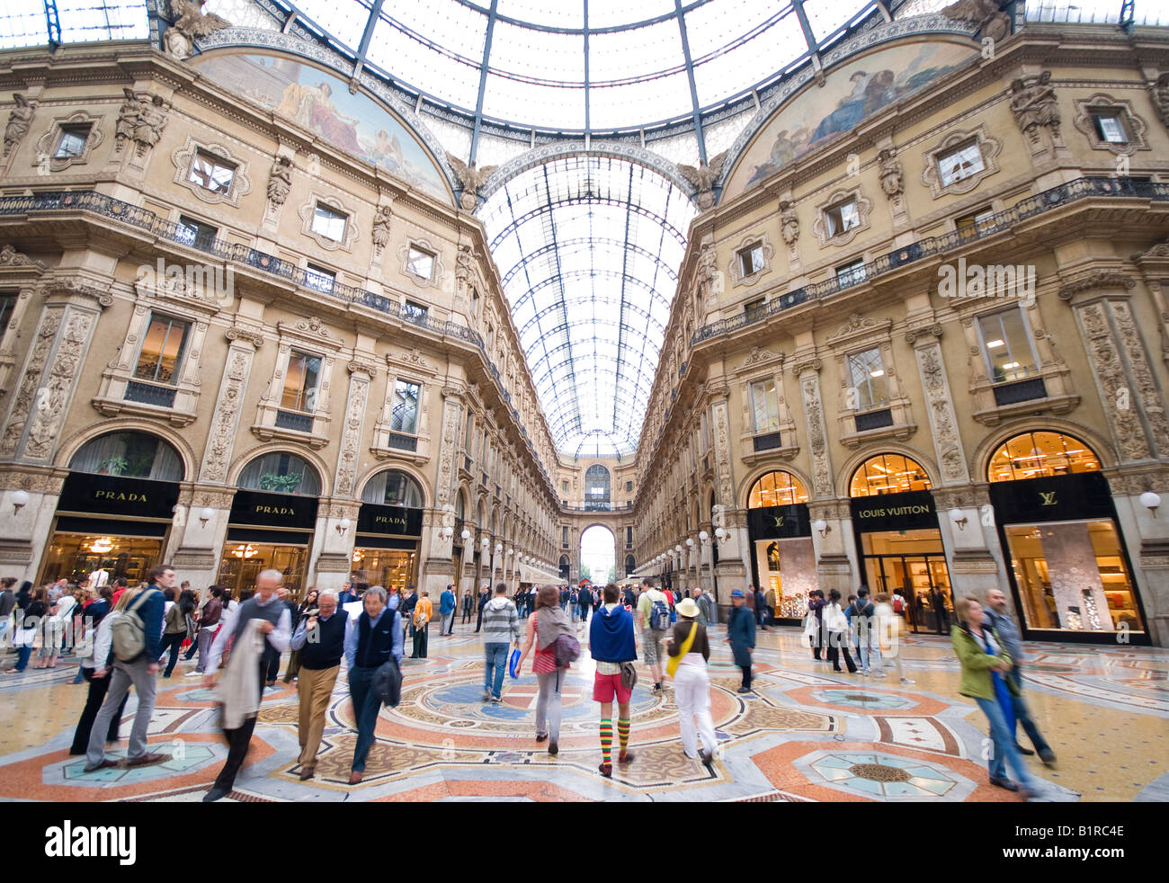 Les gens à l'intérieur de la gallerie Vittorio Emanuele Milan Italie 2e Photo Stock