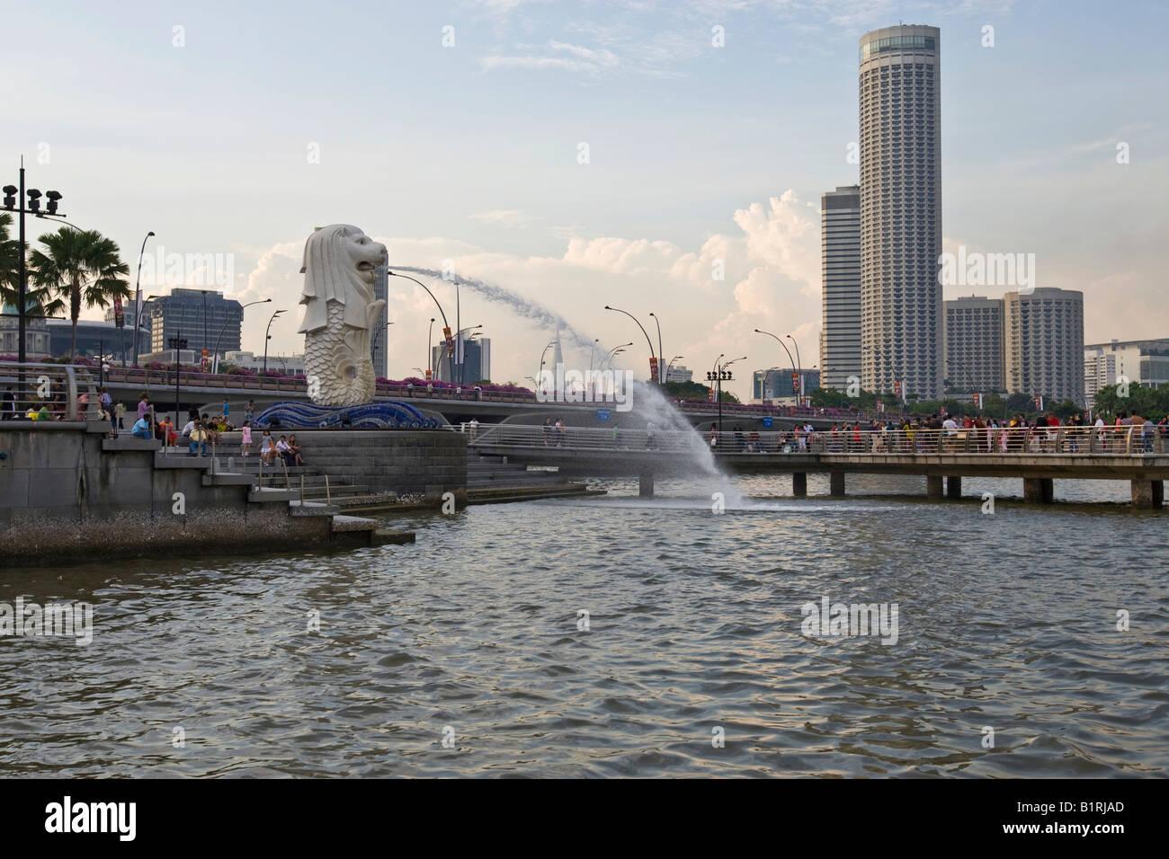 Quartier financier de Singapour sur la Marina Bay derrière la statue de Merlion, mi-poisson, mi-lion, mascotte de Singapour, S Banque D'Images