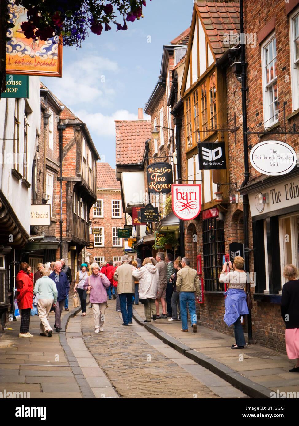 La pagaille, York, UK - l'ancienne rue pavée médiévale et magasins dans le centre-ville Photo Stock