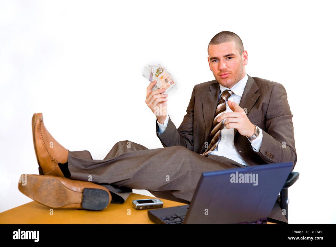 Jeune homme d affaires avec les pieds sur son bureau et la tenue d