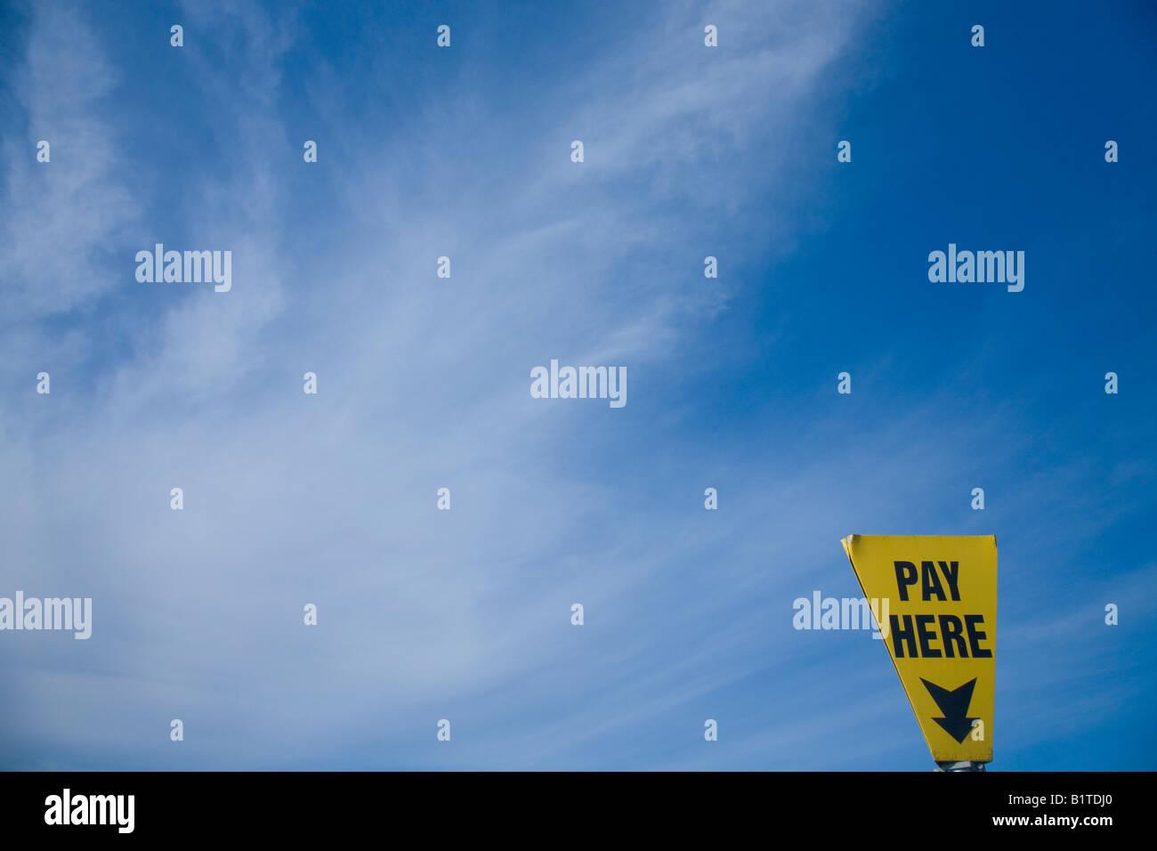 """""""Ici"""" signer de nouveau ciel bleu et nuages blancs pour payer et afficher parking en Angleterre UK GB Photo Stock"""