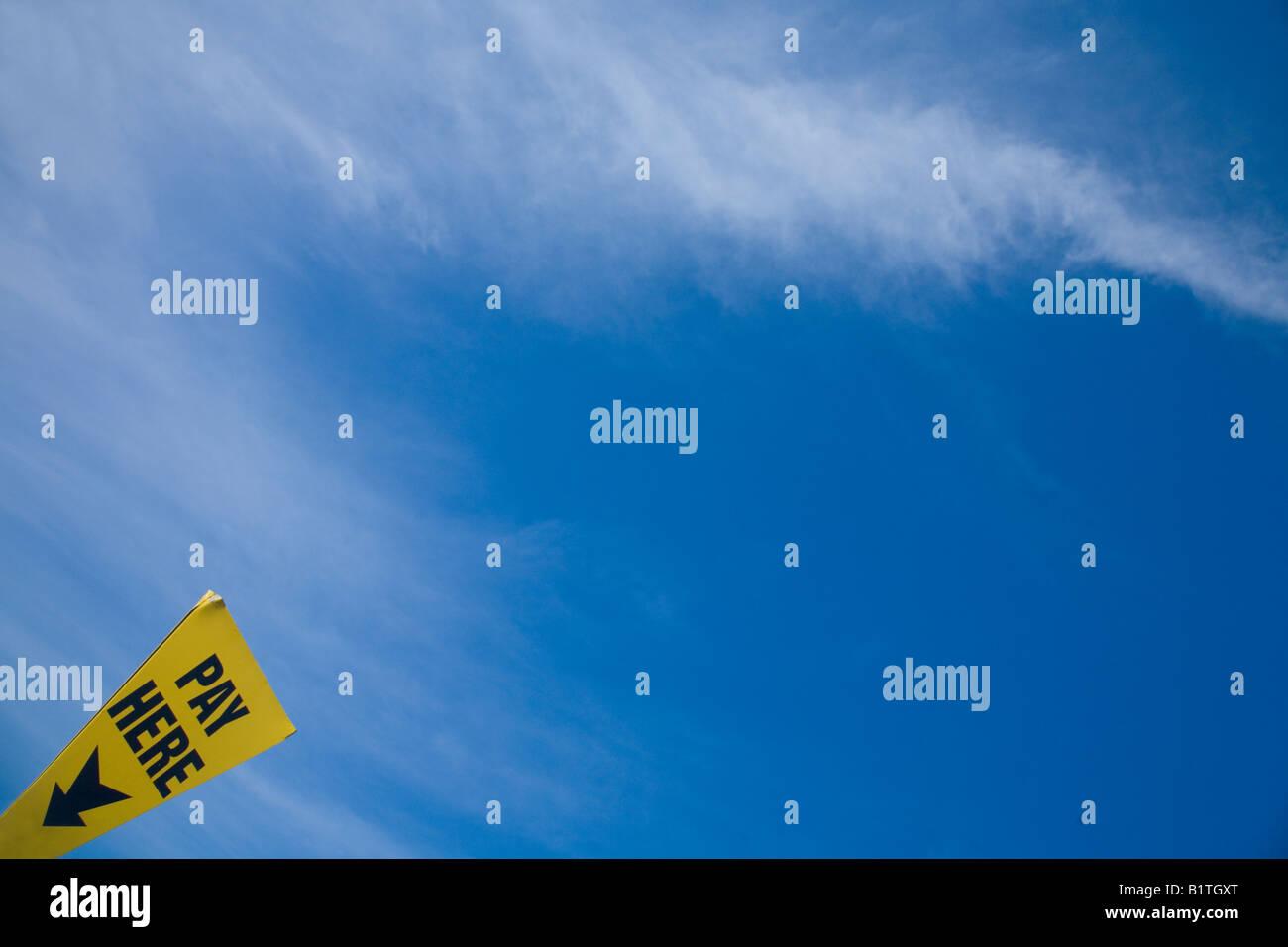 """""""Ici"""" signer de nouveau ciel bleu nuages blancs pour payer et afficher parking en Angleterre UK GB British Photo Stock"""