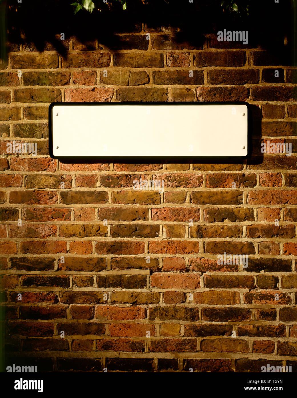 Plaque de Rue EN BLANC SUR L'ancien mur de briques Photo Stock
