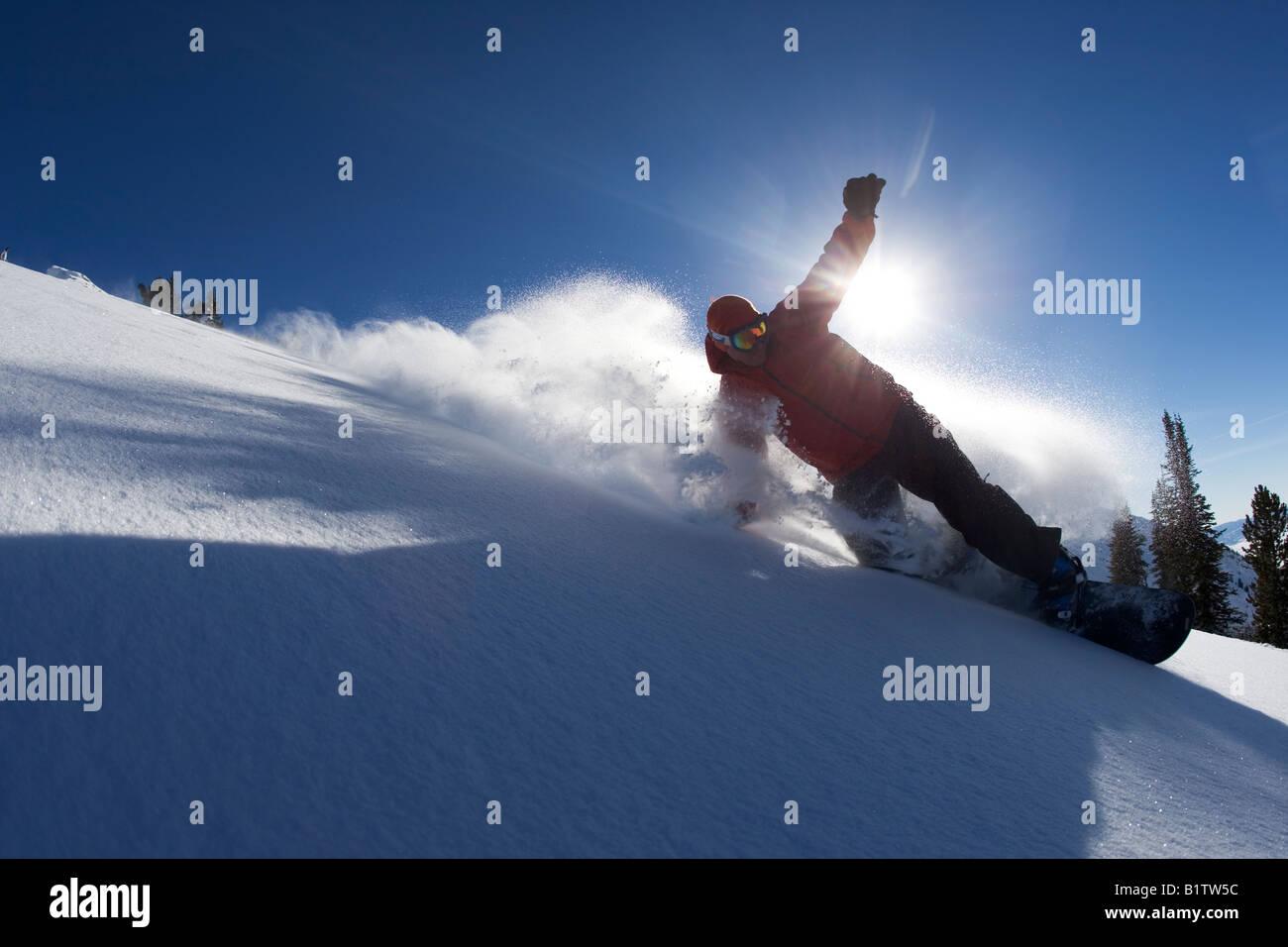 Generic tiré d'un snowboarder prises contre le soleil Photo Stock