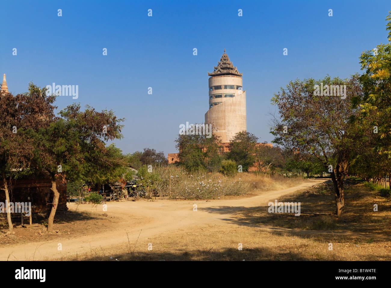 NAN MYINT, TOUR D'OBSERVATION LAID TOUR CONSTRUITE PAR LE GOUVERNEMENT MILITAIRE, Bagan, MYANMAR BIRMANIE BIRMANIE païenne, de l'Asie Banque D'Images