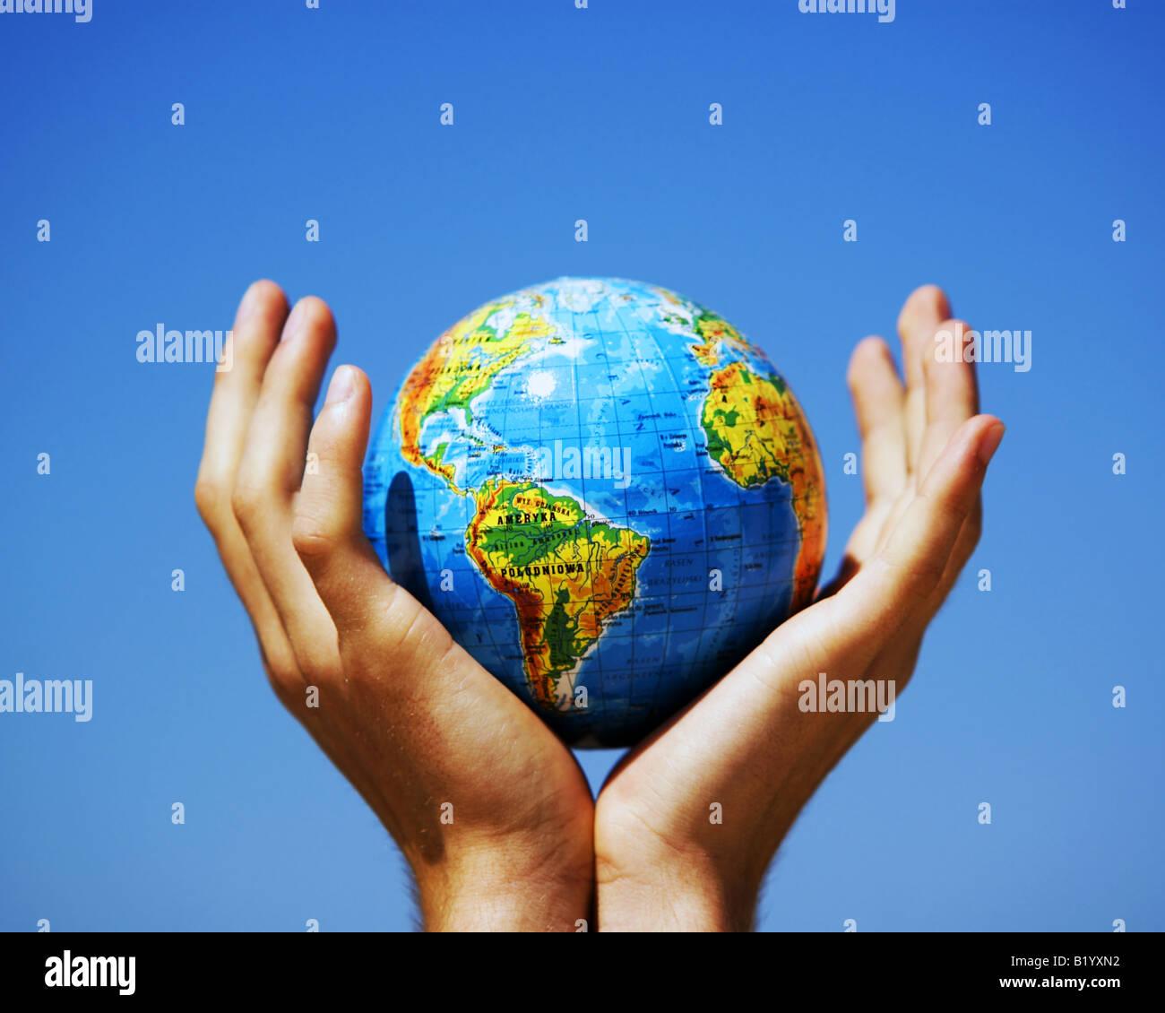 Globe de la terre dans les mains protégées. Globe protection concept, le recyclage, les enjeux mondiaux, Photo Stock