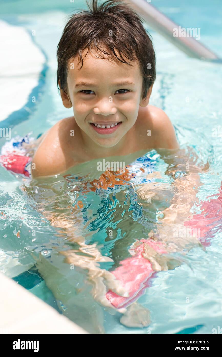 Jeune garçon (5-6 ans) dans la piscine Photo Stock