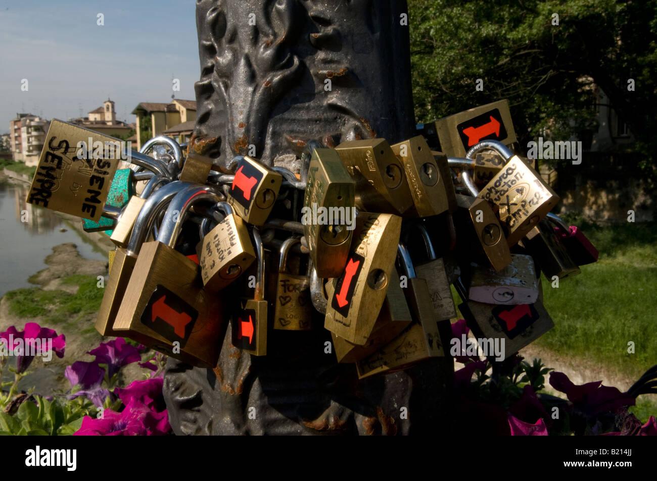 L'Italie, Parme, l'amour des verrous sur un lampadaire sur le pont di Mezzo Photo Stock