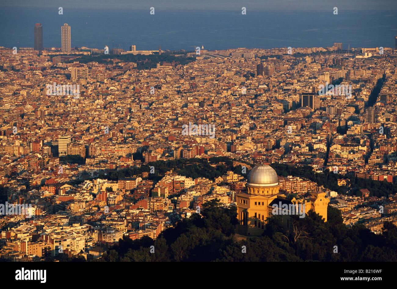 Vue panoramique sur Barcelone du Tibidabo dominant Observatoire Fabra Barcelona La Catalogne Espagne Banque D'Images
