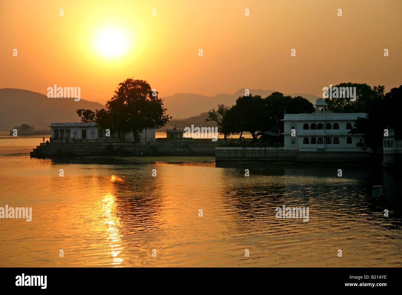 Magnifique Coucher de soleil sur le lac Pichola, Udaipur, Rajasthan, Inde Banque D'Images