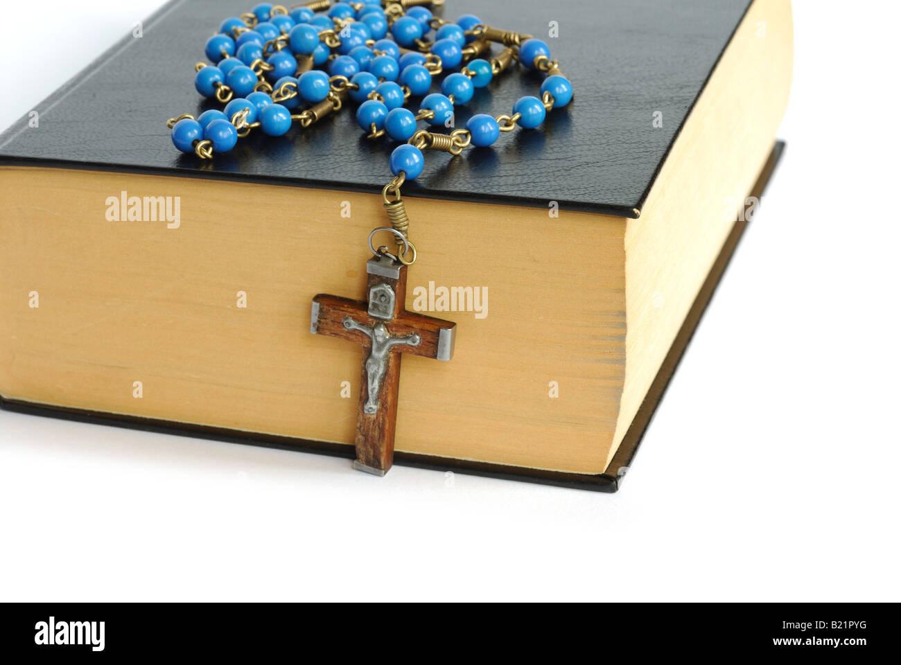 Sainte Bible et Rosaire Banque D'Images
