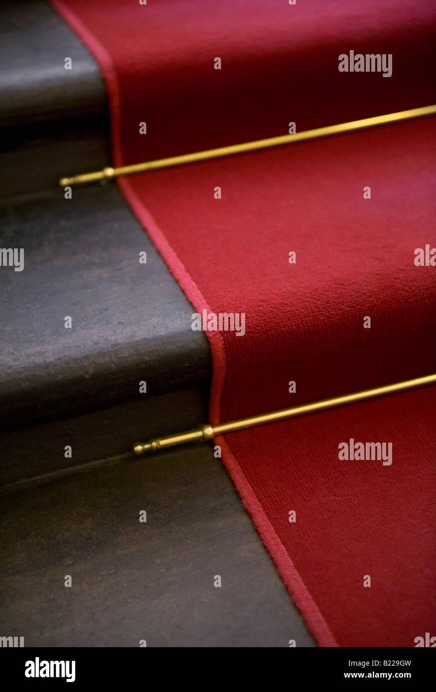 Tapis rouge, laiton, barres et d'Escalier Colimaçon Photo Stock
