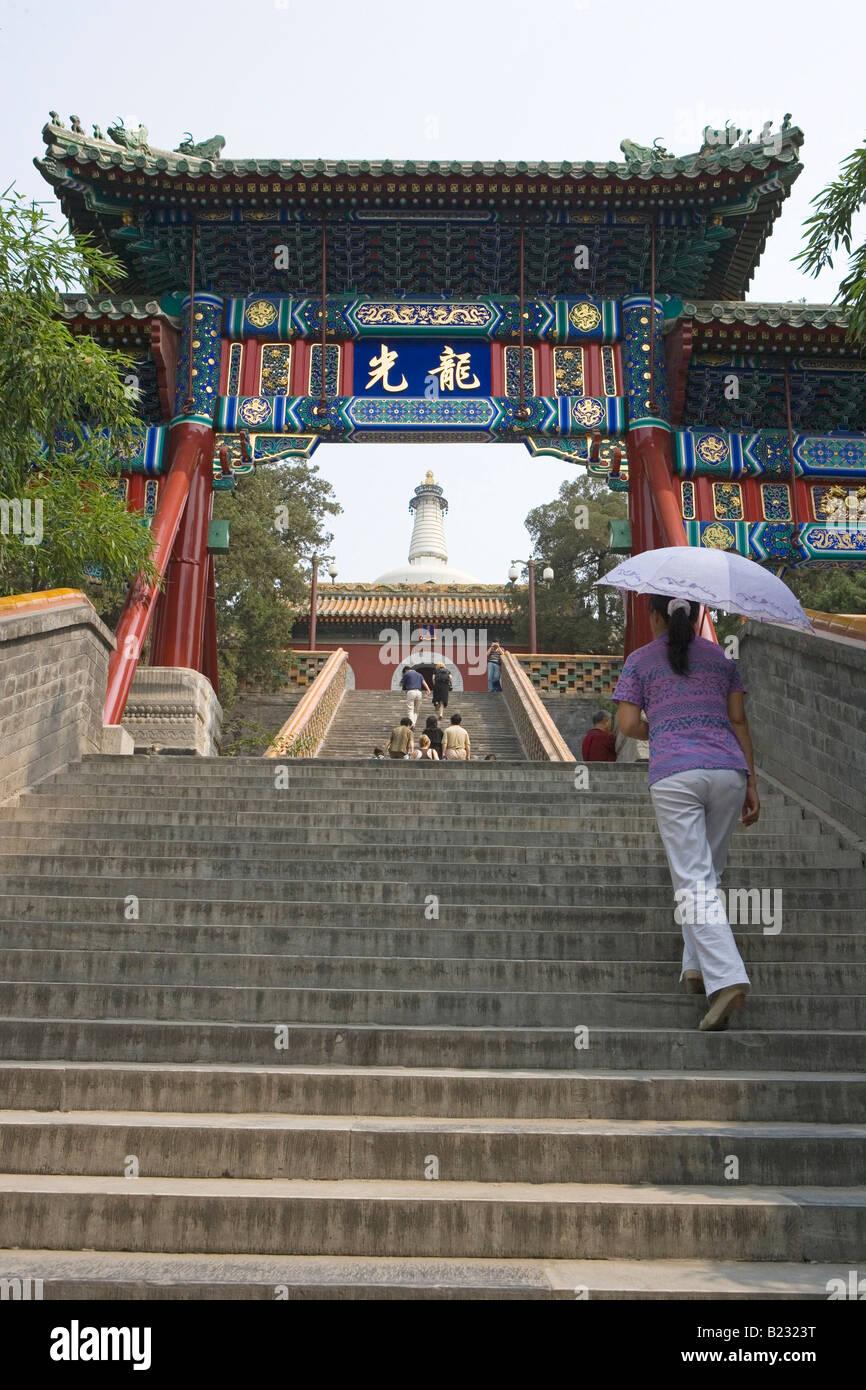 Groupe de personnes à monter des escaliers de Dagoba blanc pagode Temple Beijing Chine Banque D'Images
