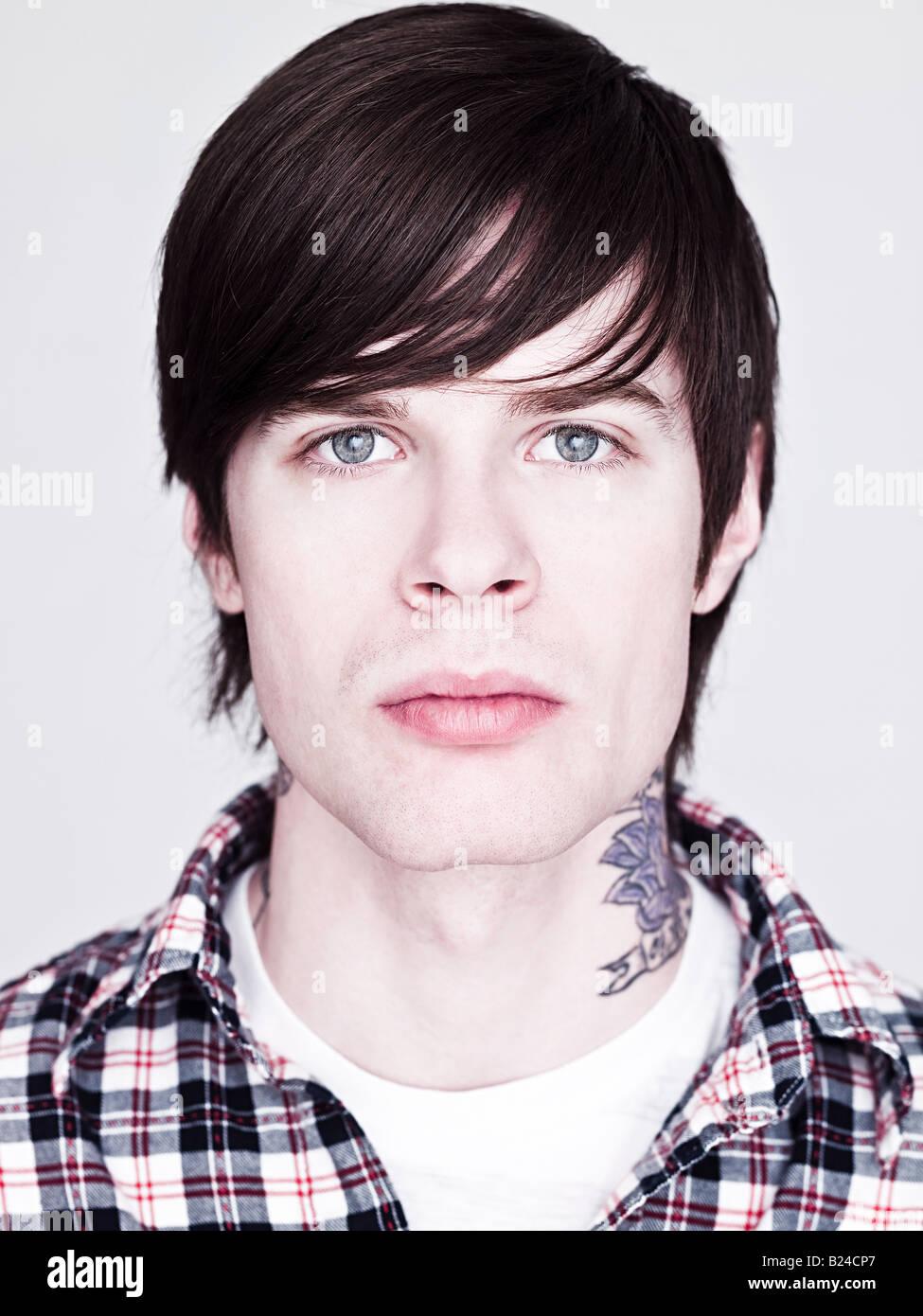 jeune homme au tatouage sur son cou banque d'images, photo stock