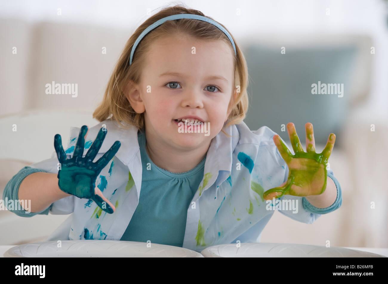 La peinture au doigt de fille avec des couleurs différentes Photo Stock