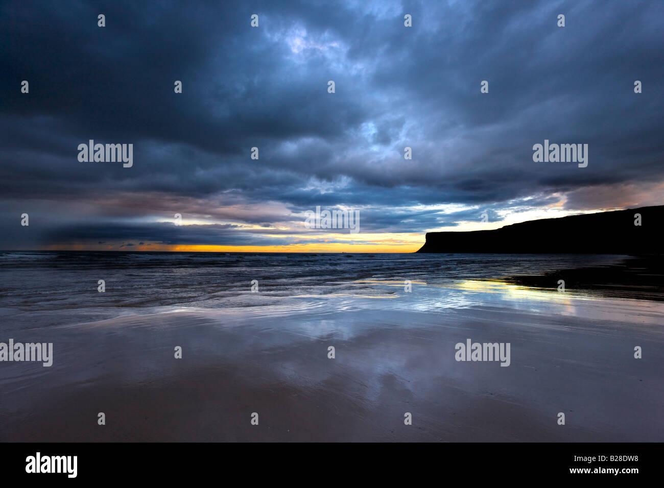 Ciel d'orage à marée basse Huntcliff Saltburn Cleveland Photo Stock