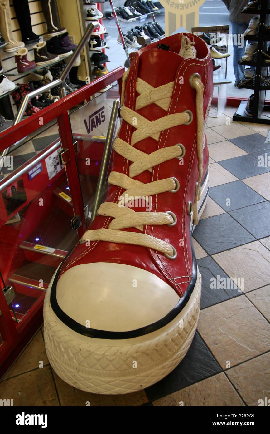 Chaussure Converse Chaussures Banque Géant Magasin Rouge Dans De Un RrxnZqRw4d