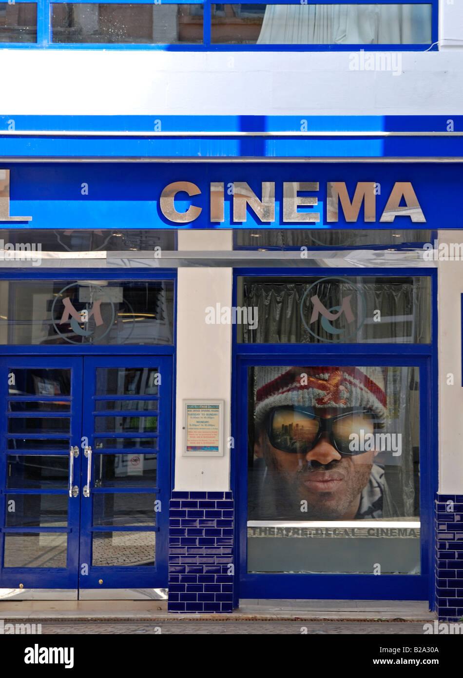 Un gros plan d'une porte d'entrée de cinéma avec une publicité pour le film 'hancock' Photo Stock