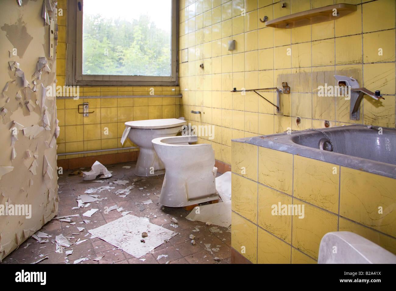 Miroir Salle De Bain Suisse ~ une salle de bains dans une maison abandonn e berlin allemagne