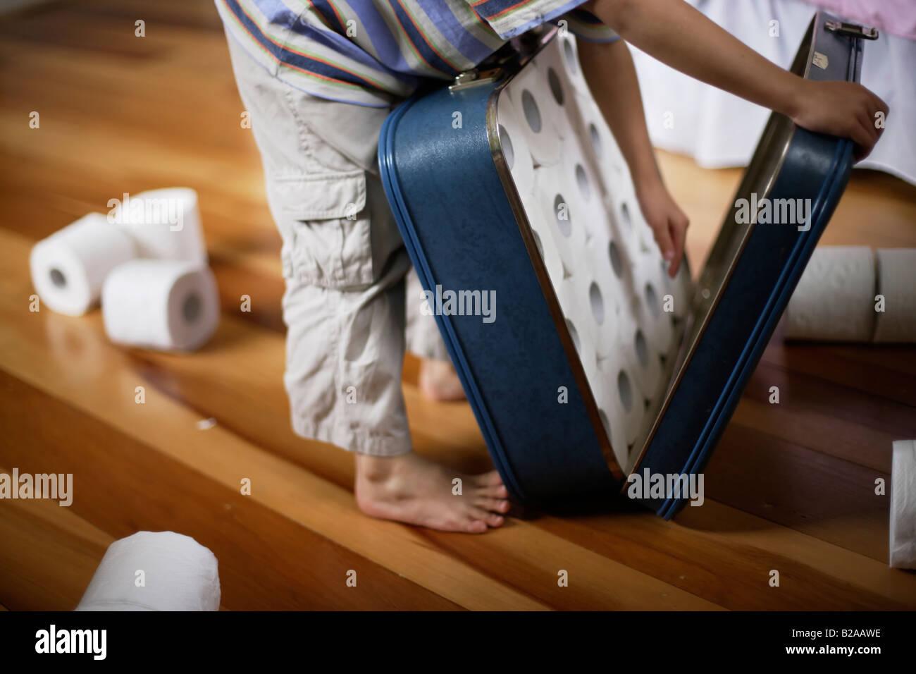 Six ans packs papier toilette dans suitcase mixed race caucasienne et ethnique indien Photo Stock