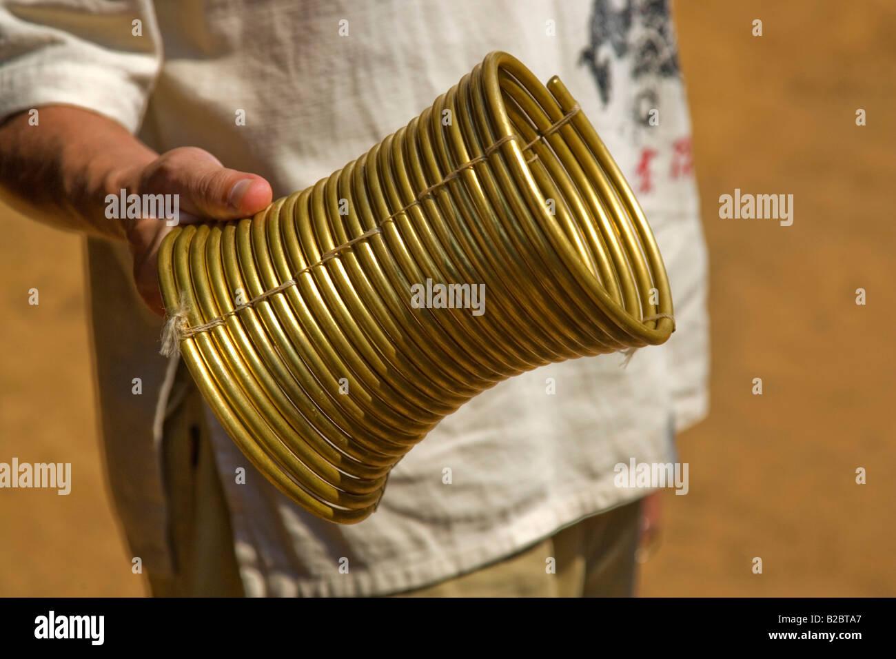 Bagues de col en laiton, pesant environ 5kg, des Padaung Karen, a appelé les femmes girafes ou long cou, dans la Banque D'Images