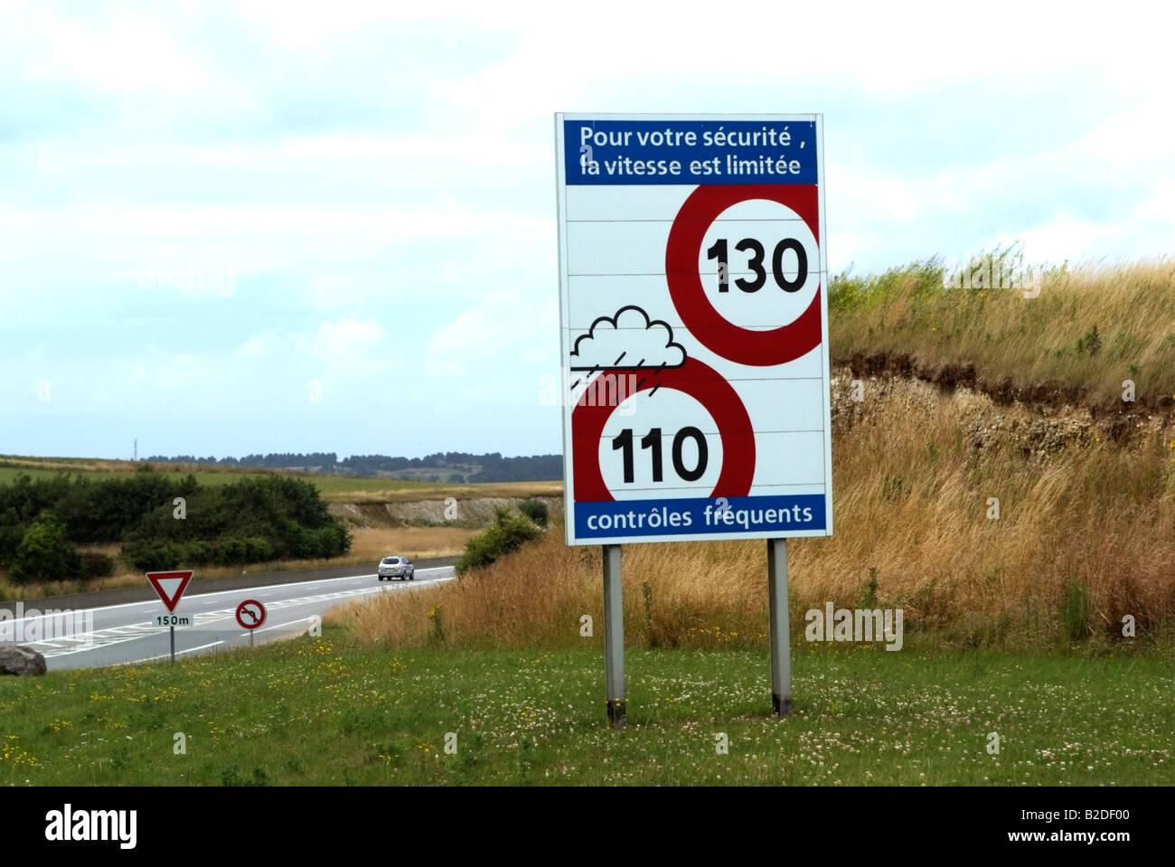 Le système autoroutier français signes limitation de vitesse pour la conduite par temps pluvieux France Photo Stock