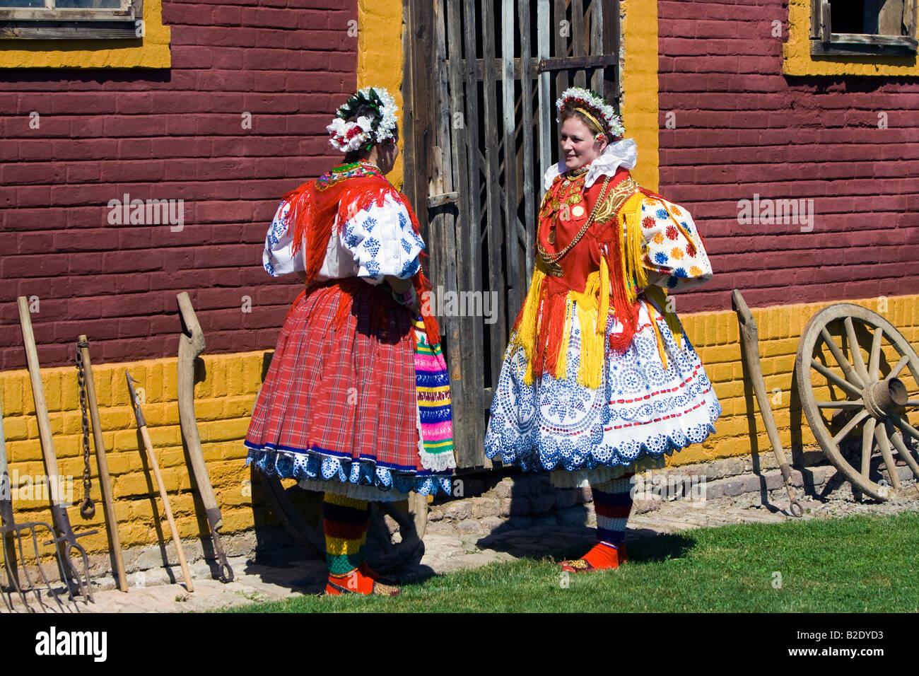 Avec Les La Filles Traditionnel Robe De L'habit L'agence Croate Pour reCxWBQdo