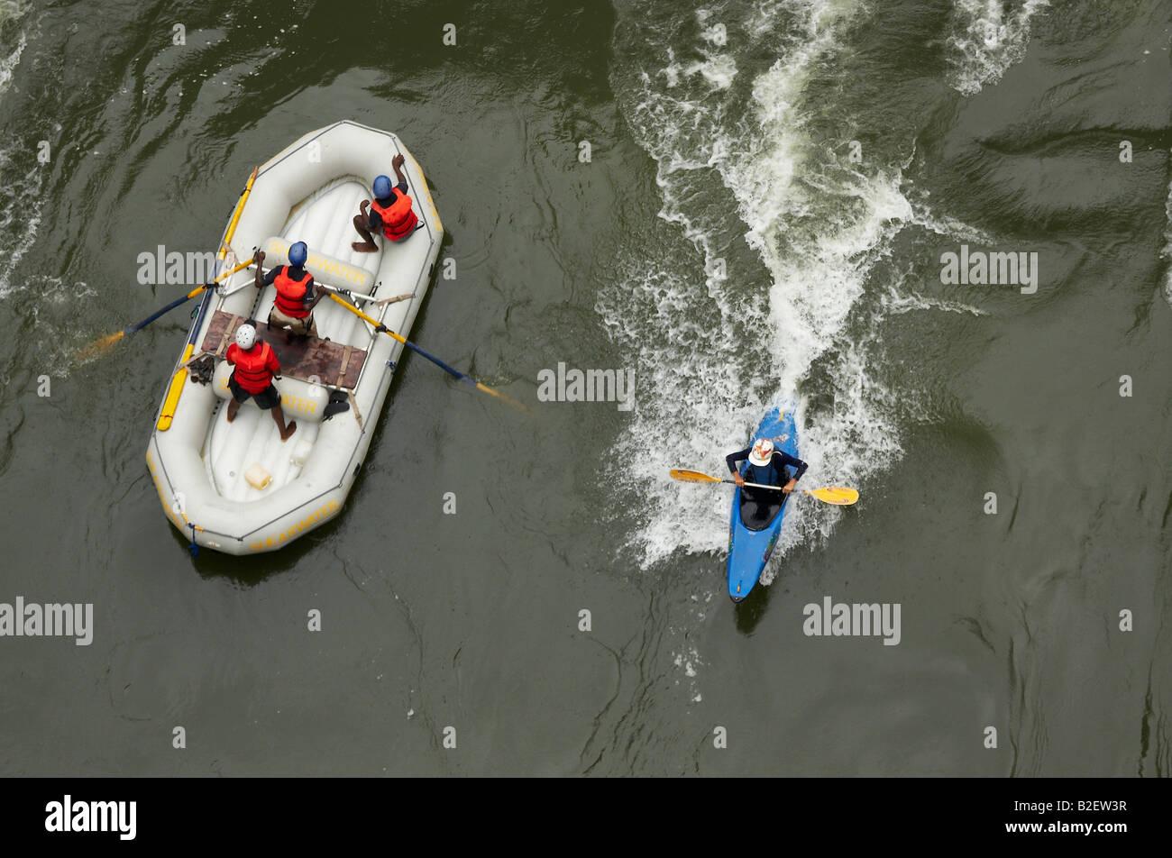 Vue aérienne de rafting et kayak sur la rivière Zambezi. Vu de passage Banque D'Images